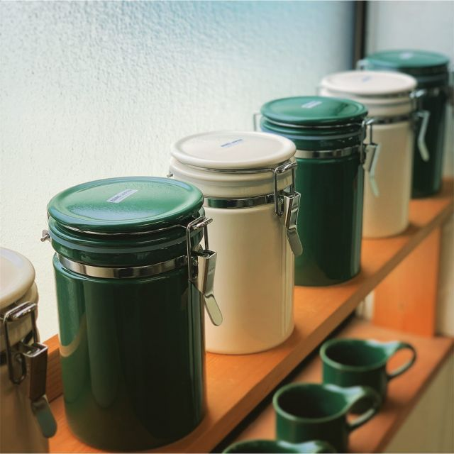 Hi from ZERO JAPAN!  Coffee canister 200 in new color MSG(moss green) is on pre-sale in Japan. We will try to introduce this item to oversea market soon.  #日本先行販売 #presaleinjapan #zerojapan  #coffeecanister #mossgreen #ivory #madeinjapan #ceramiccanister #highsealingperformance #originaldesign #notranslucency #preventfooddeterioration #高い密封性 #アマゾンジャパンでのみ販売開始 #光を通さない #食品の劣化を防ぐ #cafemugも同じ色生産予定